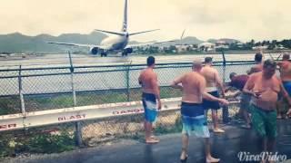 Пляж Махо, остров Сен-Мартен(Пляж Махо на острове Сен-Мартен известен своей близостью к взлетно-посадочной полосе аэропорта Принцессы..., 2014-08-21T21:12:26.000Z)
