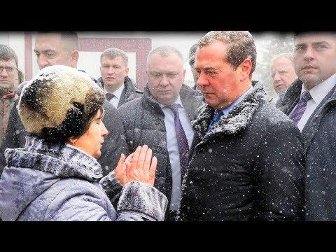 Упавшая на Колени перед Медведевым Пенсионерка