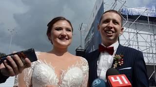 Победители розыгрыша квартиры на городской свадьбе в Екатеринбурге Александр и Ксения Рементьевы