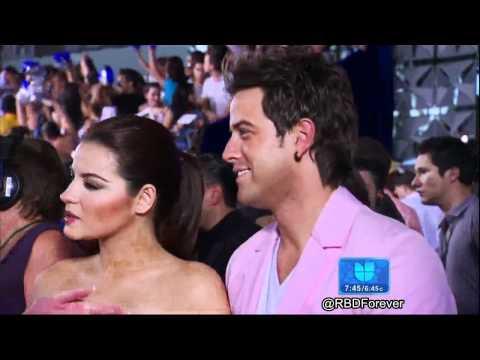 Maite Perroni y Mane de La Parra en la Alfombra Azul de Premios Juventud (DA)