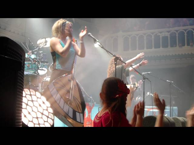 katzenjammer-curvaceous-needs-paradiso-2015-2gst11
