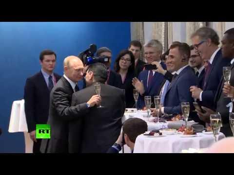 «Жеребьёвка пойдёт веселее»: Путин выпил шампанского со звёздами футбола
