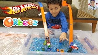 Hot Wheels Arabalar Pistinden Orbeez Havuzuna Atladı|Learn Colours with Cars