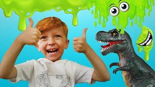 Лёва весело играет с динозавром и делают гигантский слайм