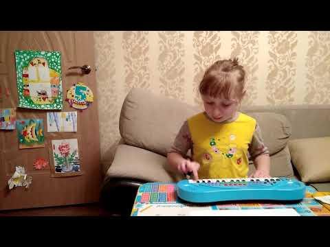Настя играет на пианино