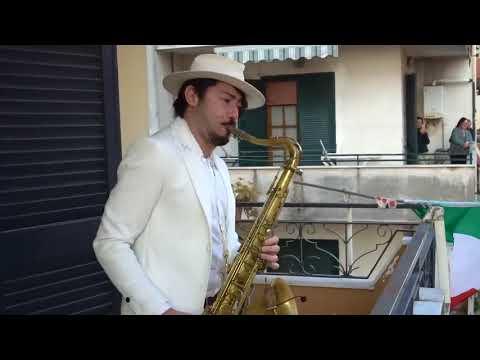 bella-ciao!-balcony-sax-performance-in-italy