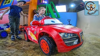 Диана и Даня прокачали красную машинку, сделали молнию Маккуин. МанкиТайм Kids Show