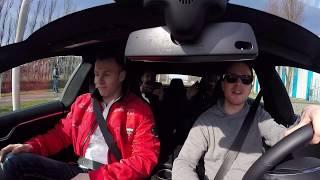 Quid & René stampen in een Tesla Model S