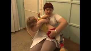 Мать держала двух дочерей в хлеву