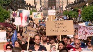 Többezren tüntettek Budapesten a tudomány szabadságáért 19-06-02