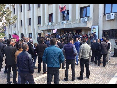 Report TV - Lezhë, rruga e dëmtuar, banorët e Torovicës tentojnë të hyjnë në bashki