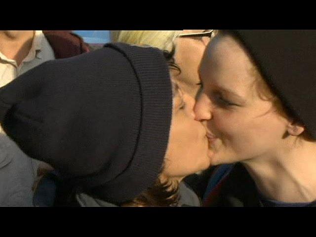 Kissing couples promote Greek-German reconciliation - no comment