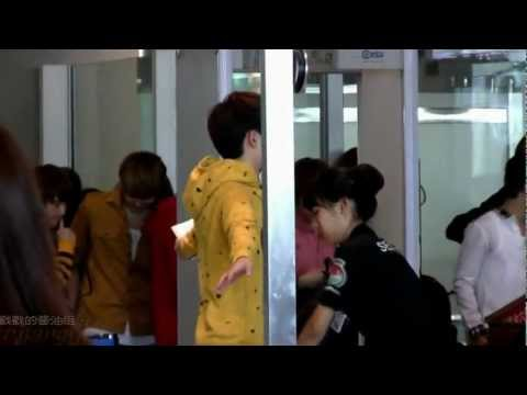 120919 D.O during security check @ Beijing airport