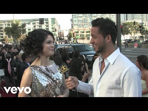 Selena Gomez - 2009 Red Carpet Interview (American Music Awards)