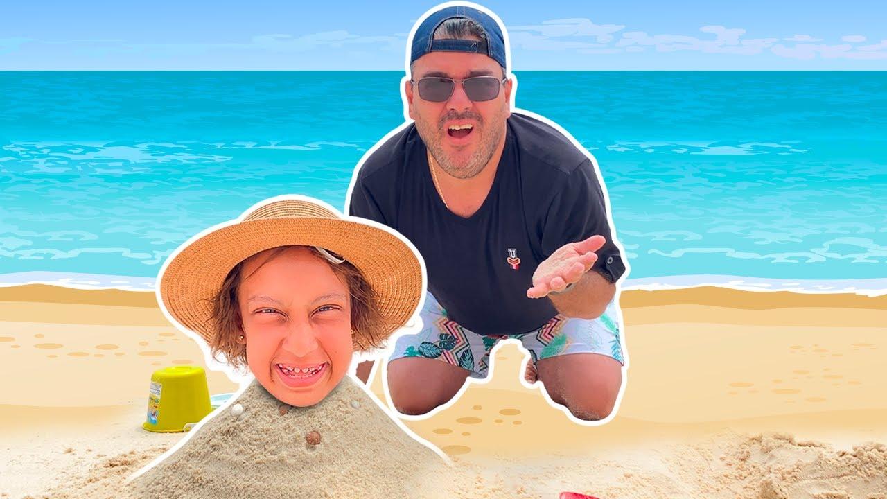 Maria Clara e papai se DIVERTEM juntos na PRAIA (Playing on the Beach) - MC Divertida