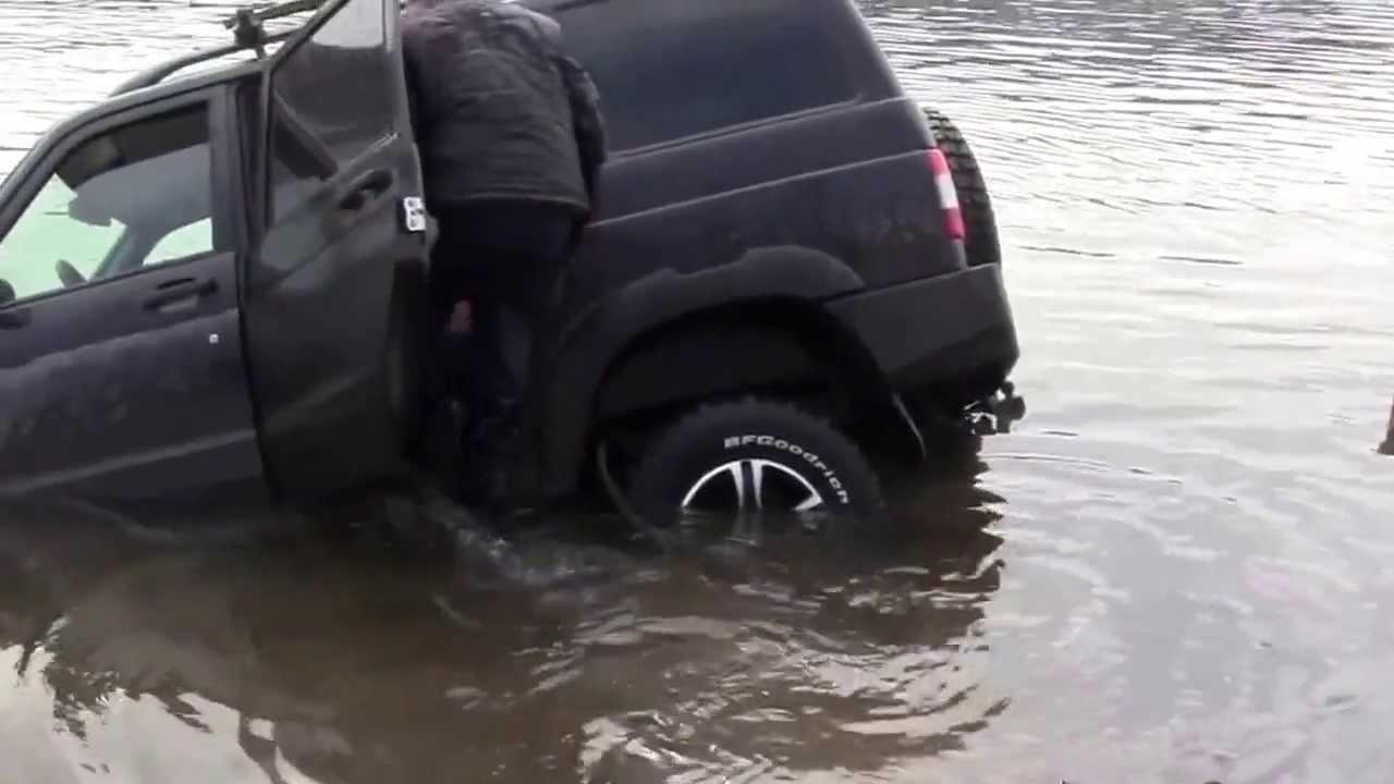 Уаз патриот тонет в реке