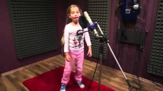Маленькая девочка классно под Drum and Bass классно