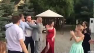 Свадьба, и моя девушка поймала букет.