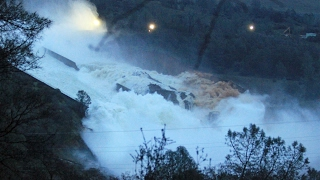 Oroville Dam spillway blowout 2-9-17 Lake Oroville