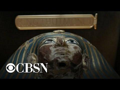 Egyptian mummies transported in lavish parade