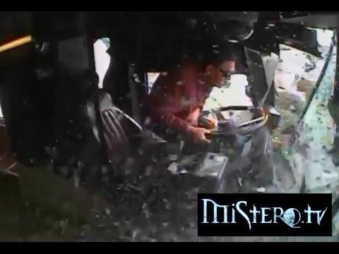 L'autista di un pullman si  distrae,  un furgoncino passa con il rosso e......