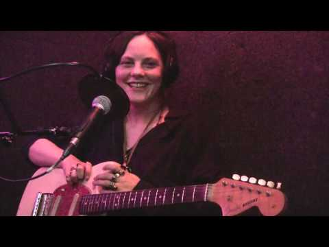 "Scout Niblett ""Just Do It!"" / Interview (Live @ Viva Radio)"