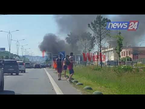 Aksidentohen tre automjete në autostradën Tiranë-Durrës, njëra merr flakë