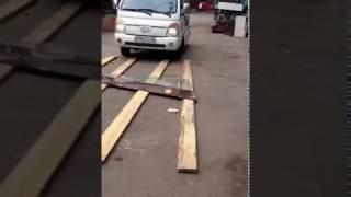 Закаленное стекло, наезд грузовика(Стекло закаленное, толщиной 8 мм. Вес грузовика 1,5 тонны., 2016-12-26T10:39:49.000Z)
