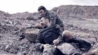 В новосибирском клипе Шнур предстал в образе боевого офицера