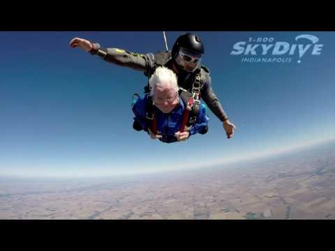 se tiro en paracaidas para festejar sus 95 anos