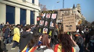 شاهد: مواجهات مع الشرطة في كتالونيا احتجاجا على محاكمة قادة الانفصال…