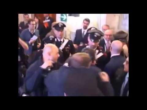 Eklat in Rom! Journalist beschuldigt Kerry ☛ Wird sofort verhaftet!