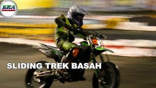 Aksi Luar biasa Super Moto Trek Basah
