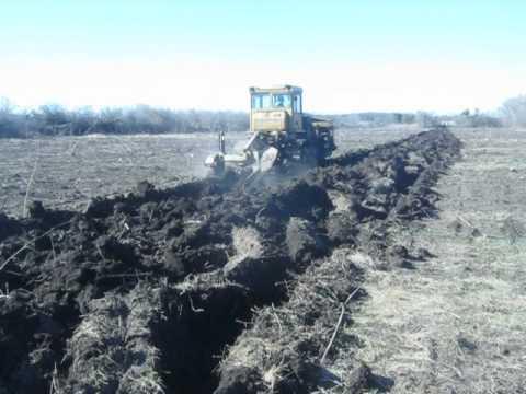 Трактор  Т-170 пашет плантаж