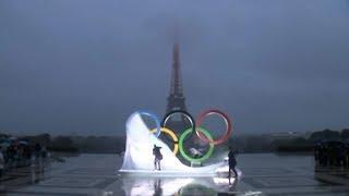 Les anneaux olympiques dévoilés devant la Tour Eiffel pour fêter les J.O. 2024