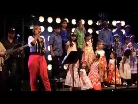 Nicole cantando no louvor. First Baptist Orlando Ministério Brasileiro
