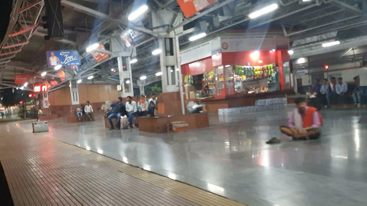 Mughalsarai Junction 02327/Howrah - Haridwar Upasana Special Entering Departing DDU Junction 4k HD