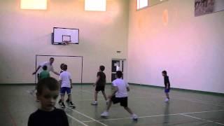"""Akademia Koszykówki - zabawa """"murarz"""" przygotowująca do poruszania się w obronie :)"""