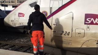 マルセイユ・サン・シャルル駅で連結作業を行うTGV