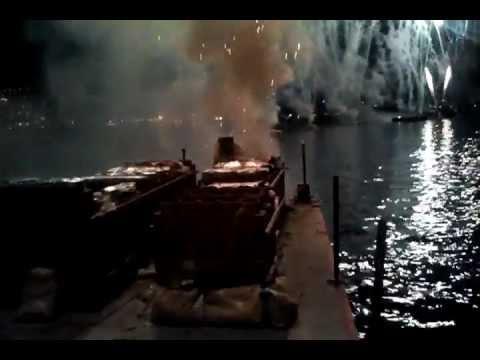 vue d'un artificier ( barge sur mer, fetival d'art pyrotechnique canne 2011)