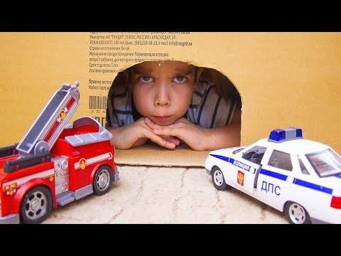 Малыш играет в полицейские машины и спасает машинки игрушки из пещеры