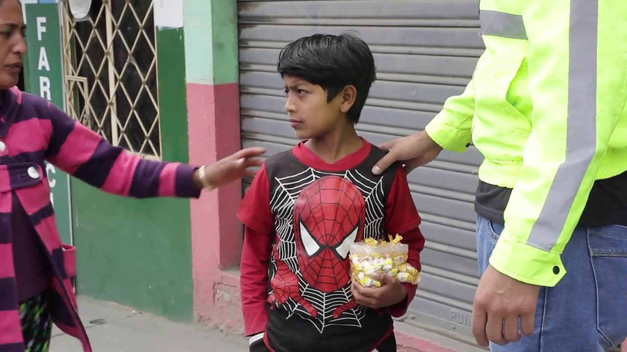 Lo humillaron por vender caramelos en la calle