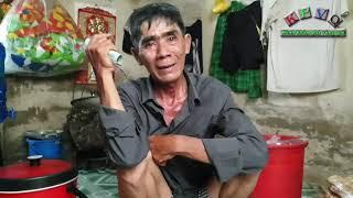 Việt kiều bán chuối nướng nuôi cháu mồ côi được nhiều người kéo đến ủng hộ