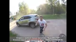 Драка мотоциклиста с пьяным водителем: видео от первого лица