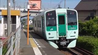 ローカル線の小さな駅に止まるワンマン列車