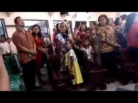 Perarakan masuk gereja pastor Petrus PingPoto'MSF