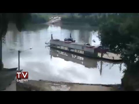 Câmera ao vivo da TV Gaspar flagra carro caindo no rio em Ilhota