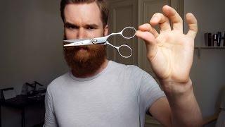 Bart trimmen mit einer Bartschere.