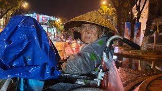 Không cầm lòng khi thấy hình ảnh bà cụ ngồi xe lăn bán vé số giữa đêm mưa gió