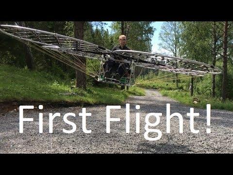 Este tipo armó su propio drone-helicóptero y se animó a usarlo😱